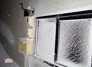 14.1.29.窓の雪.JPG